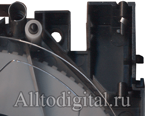 Укладка магнитной ленты через внутренние элементы механизма видеокассеты VHS